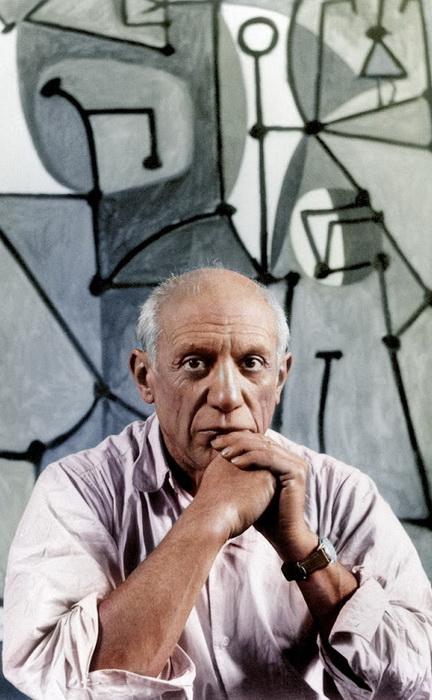 Пабло Пикассо напротив своего рисунка