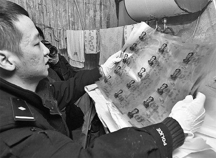 Пожилой китайский художник нарисовал тысячи фальшивых купюр
