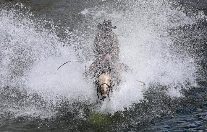 Ковбой переходит реку