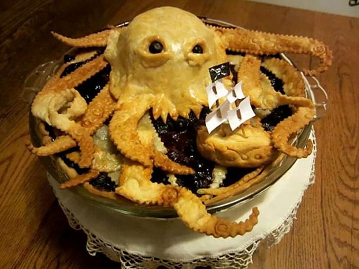 Пирог в виде кракена и затонувшего корабля