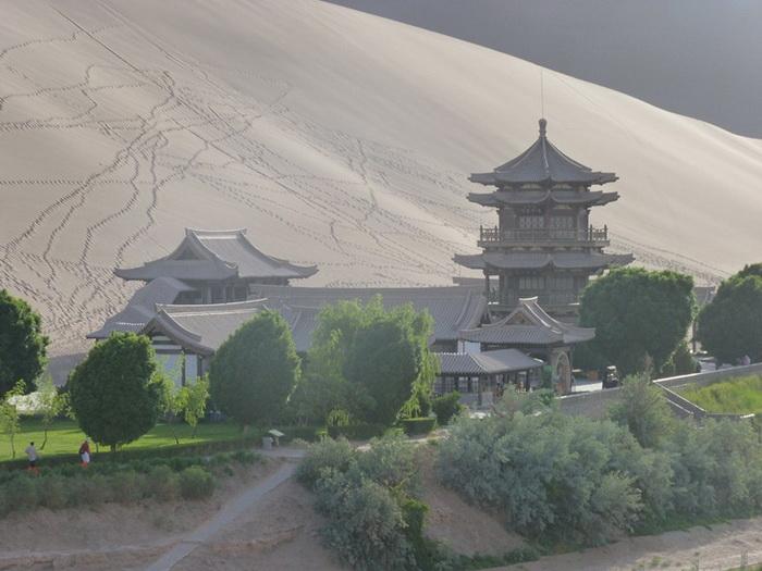 Пагода на берегу озера Полумесяца в Китае