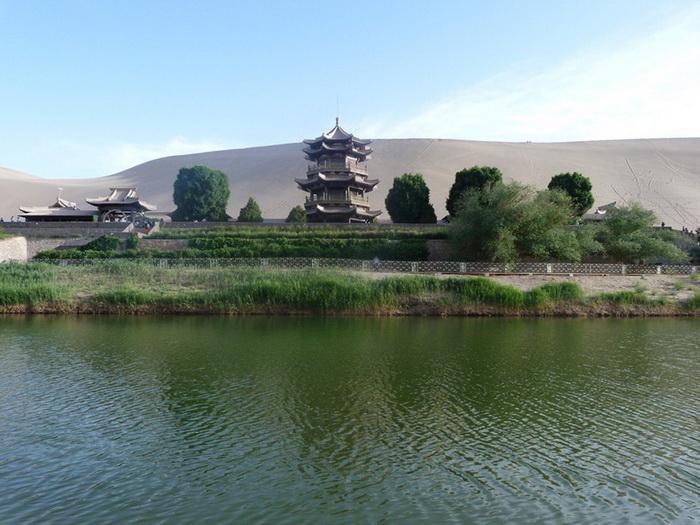 Природное чудо: озеро Полумесяца в Китае