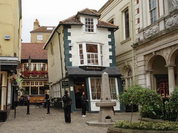 Падающий дом в Виндзоре (Англия)