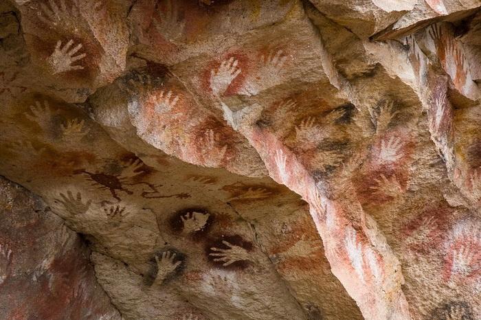 Отпечатки ладоней на стенах пещеры были оставлены около 10 тысяч лет назад