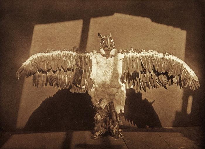 Буревестник. Танцор в таком костюме издавал грохочущий звук во время взмаха крыльями