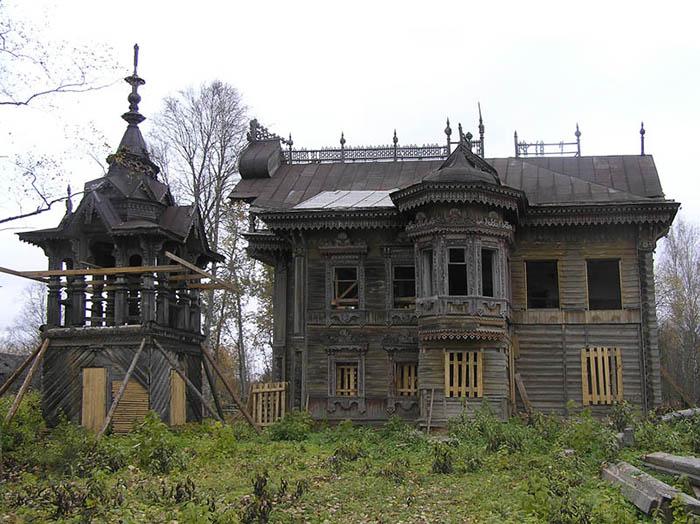 Уцелевшая деревянная дача.