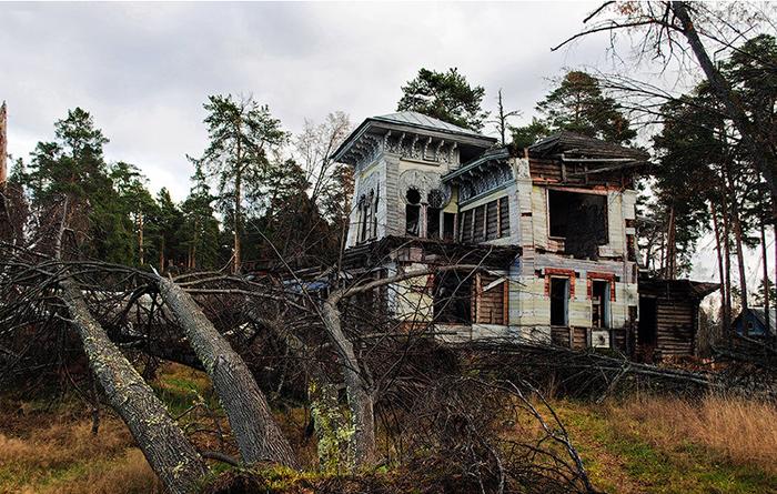 Разрушенная дача Сорокина на Волге.