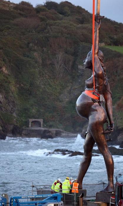 Новая работа Дэмьена Херста - гигантская скульптура обнаженной женщины