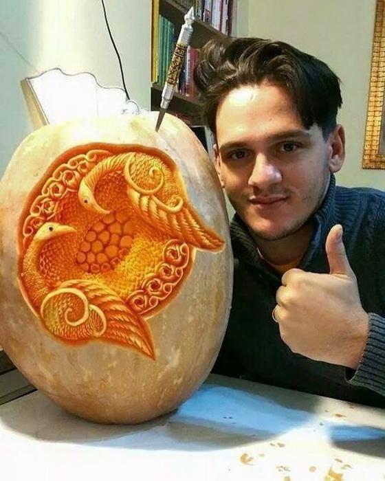 Даниэль Барреси работает над тыквой.