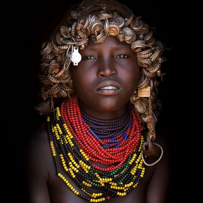 Необычные парики из крышек: традиции африканского племени дасанеч