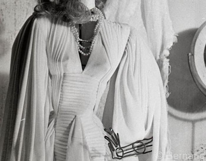 Миниатюрные куклы в нарядах от именитых французских дизайнеров.
