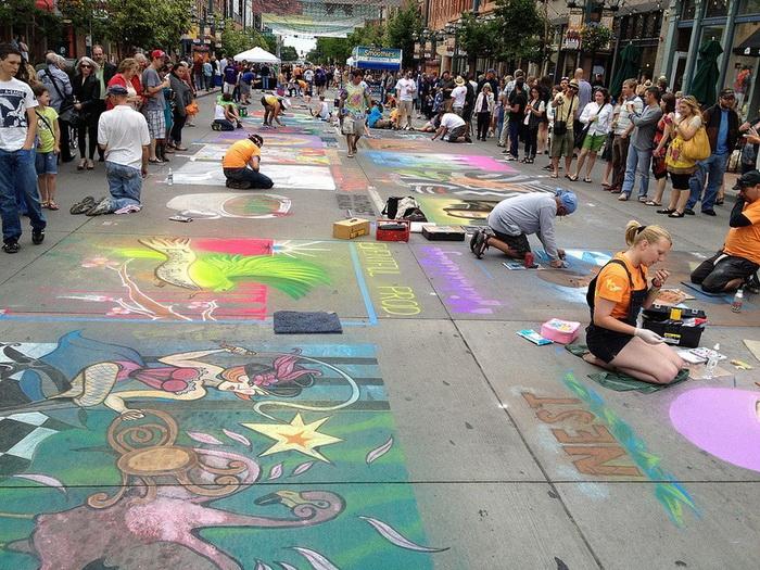 В фестивале принимает участие более 200 художников