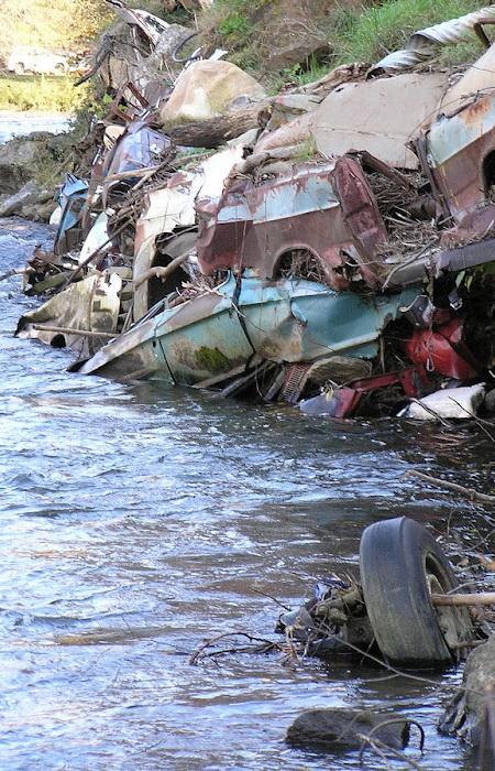 Свалка автомобилей на берегу реки