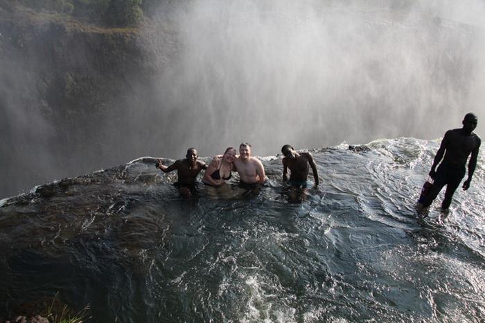 Купание в водопаде Виктория