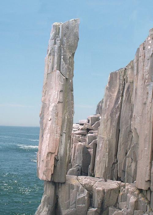 Балансирующий камень на острове Long Island в Новой Шотландии