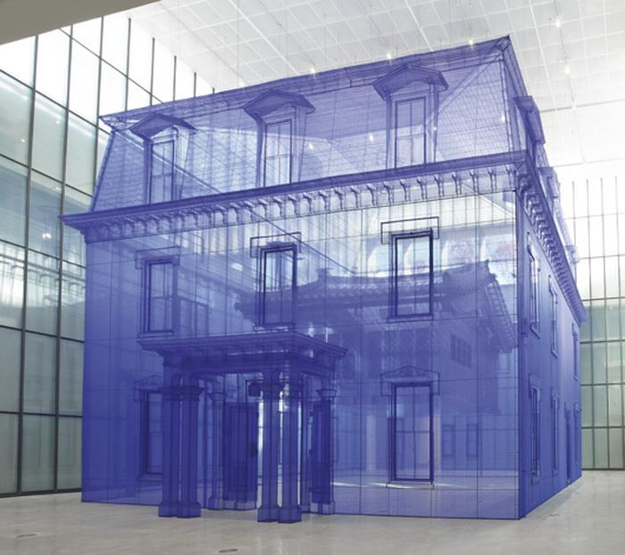 В инсталляции можно увидеть сразу два дома: корейский и американский