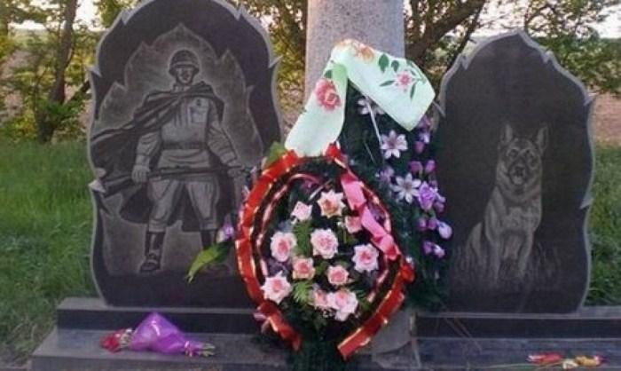 Венки у памятника героям-пограничникам и служебным собакам. Фото: ru.wikipedia.org