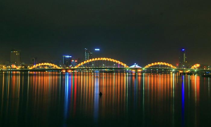 Мост постоянно меняет свой цвет благодаря уникальной подсветке