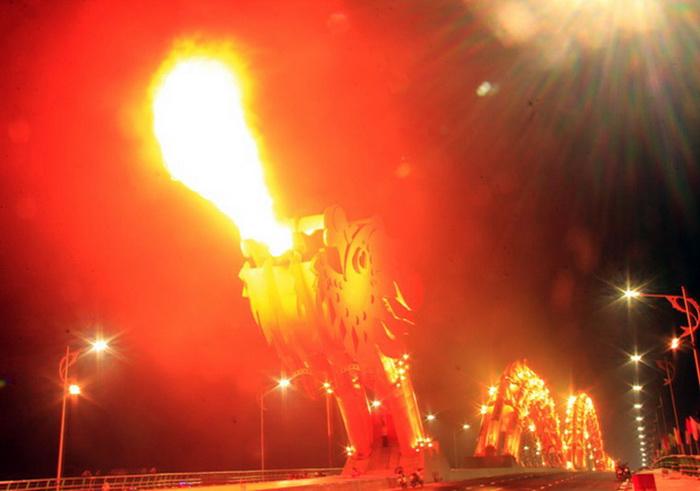 Из пасти дракона вырывается пламя и вода