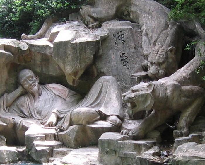 Скульптурная композиция вызывает чувство спокойствия и безмятежности