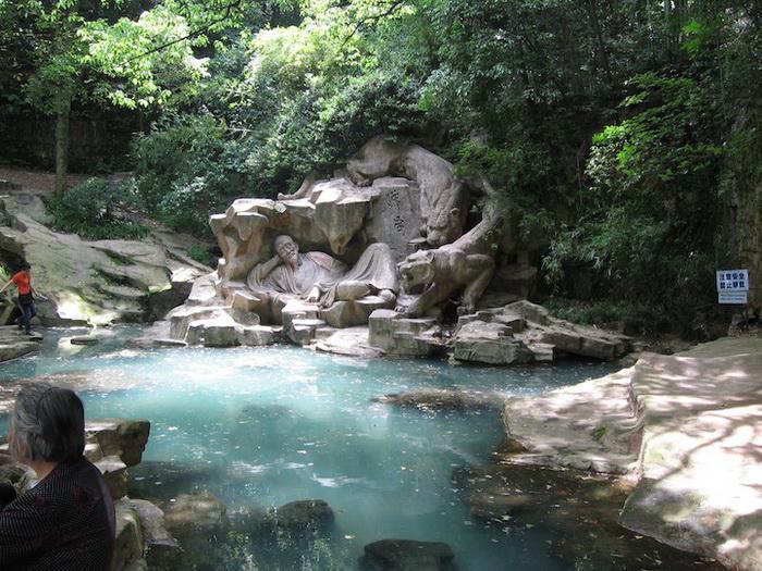 Туристы со всего мира съезжаются сюда, чтобы попробовать целебную воду