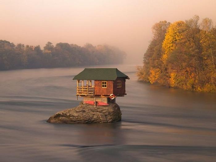 Одинокий домик посреди реки Дрина (Сербия)