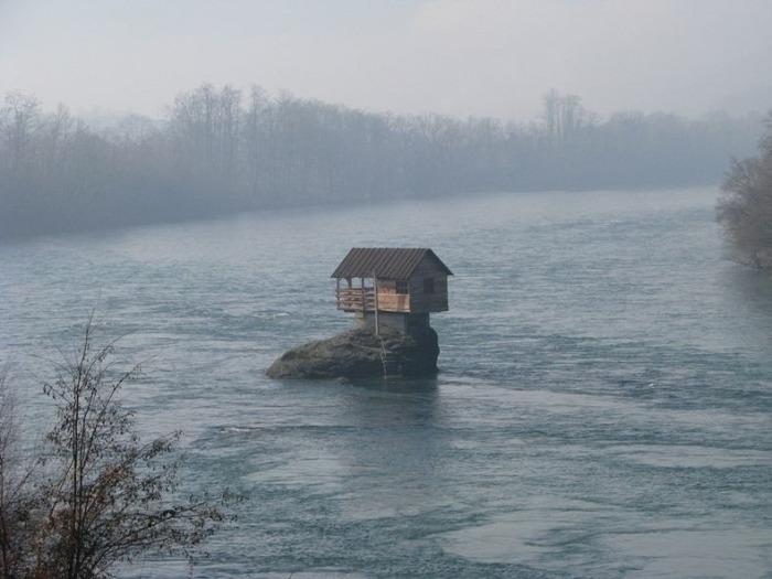 Одинокий домик стойко сражается с непогодой
