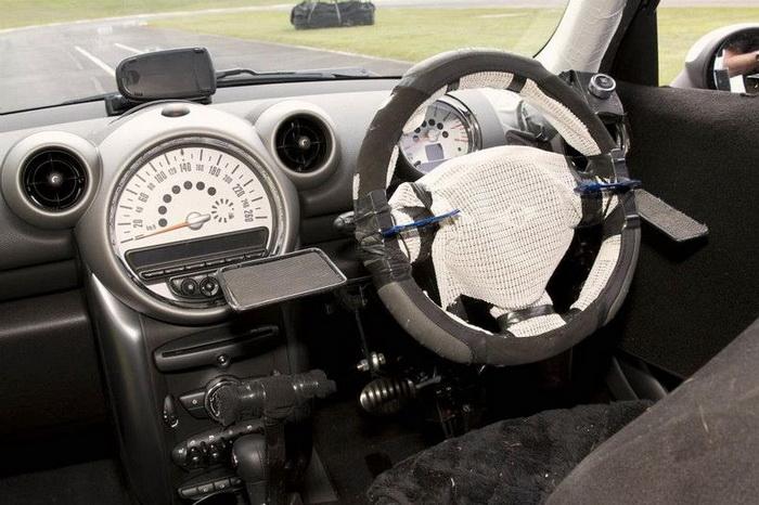 Салон автомобиля, оборудованный для четверолапого водителя