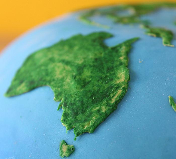 Вместо привычного крема - материки и океаны