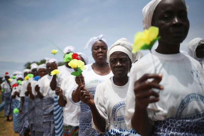 Женщины молятся за прекращение эпидемии. Август, 2014