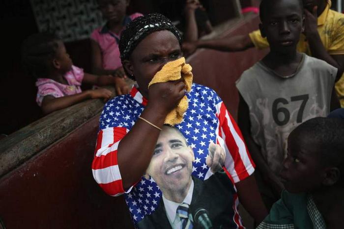 Женщина принимала участие в протесте против кремации четырех умерших от Эболы. Август, 2014