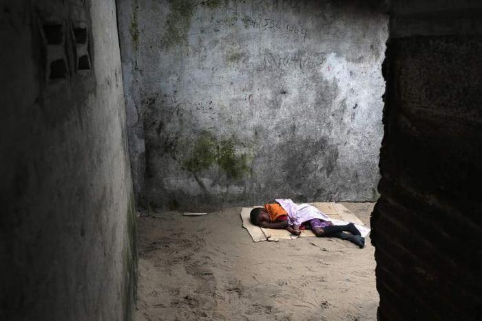 10-летний мальчик, которого преждевременно выпустили из больницы, поскольку она оказалась переполненной пациентами. Август, 2014