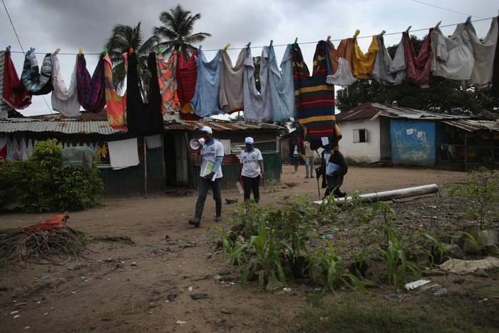 Волонтеры ЮНИСЕФ рассказывают о профилактике Эбола. Август, 2014
