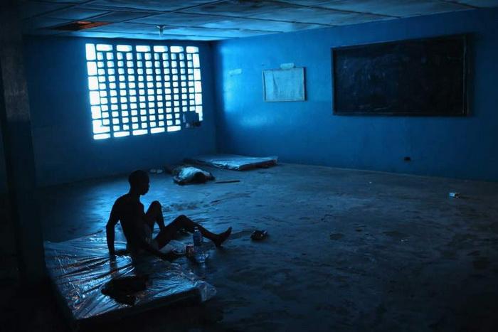 Ibrahim Fambulle. Госпитализированный мужчина настолько слаб, что не может встать самостоятельно. Август, 2014