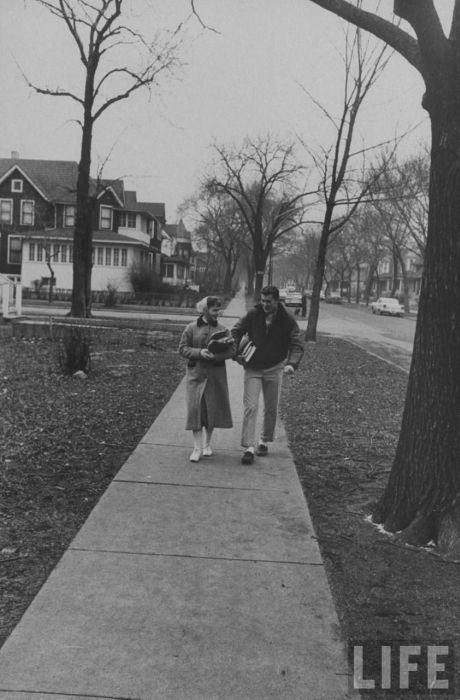 Стивен провожает домой школьную подругу.