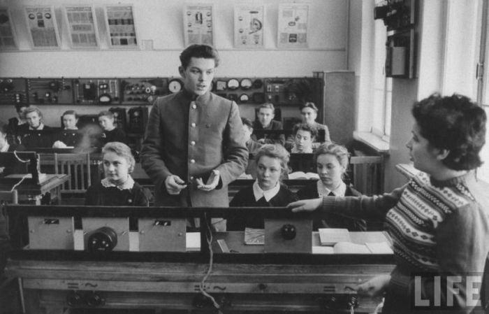 Советский школьник Алексей отвечает на уроке.