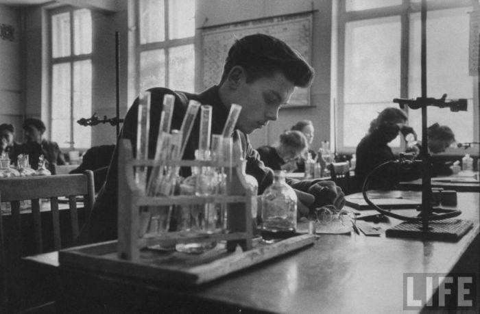 Урок химии в советской школе.