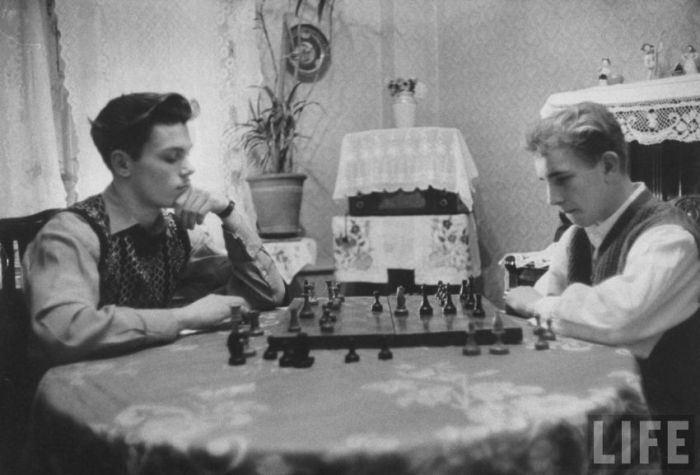 Вечерний досуг: игра в шахматы с другом.