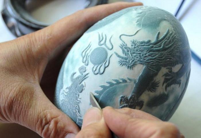 Рисунок наносится при помощи специального ножа, не прокалывая скорлупу