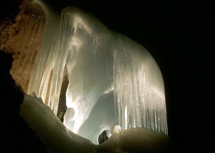 The Eisriesenwelt - крупнейшая ледяная пещера