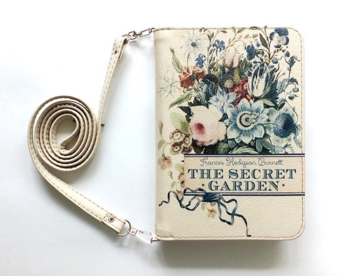 Сумочка, напоминающая издание *Таинственный сад* Френсис Элизы Бернетт