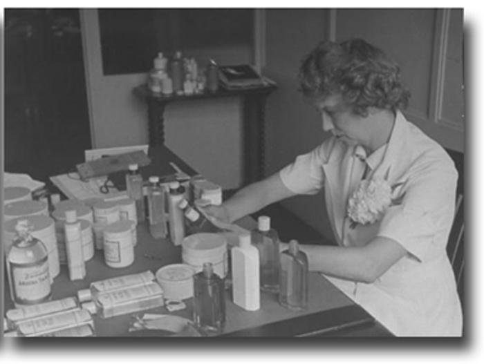 Элизабет Арден за работой в лаборатории. 1936 год