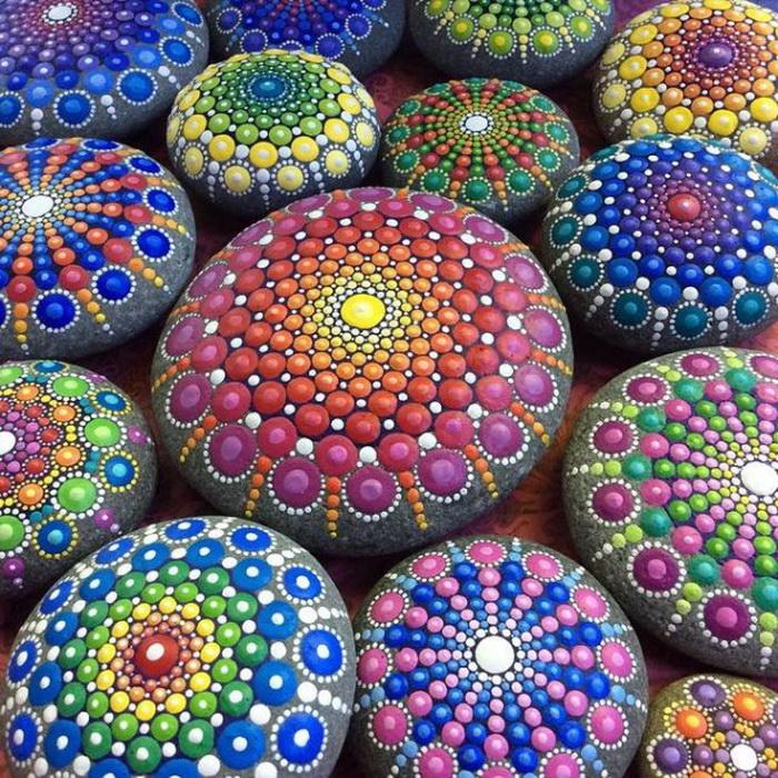 Разноцветные рисунки, напоминающие мандалы