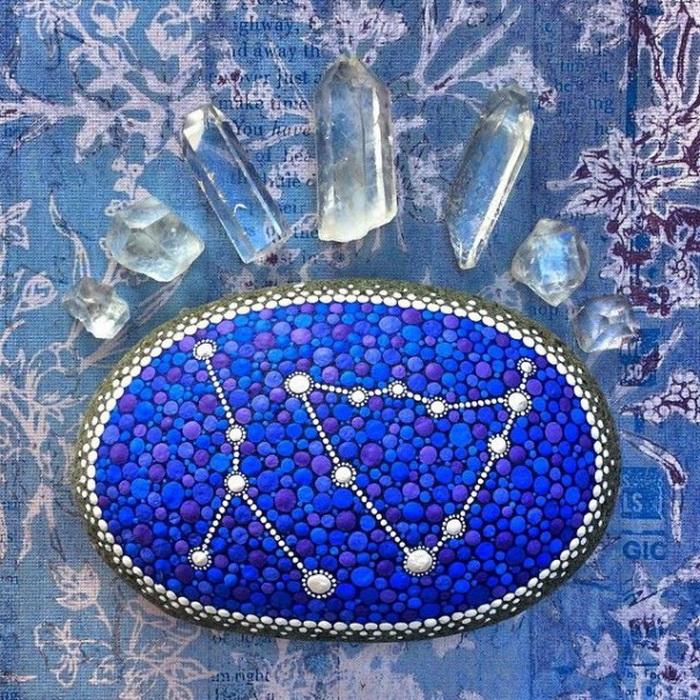 Созвездия, нарисованные на камне акриловыми красками