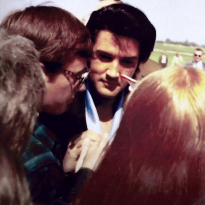 Элвис Пресли во время автограф-сессии.