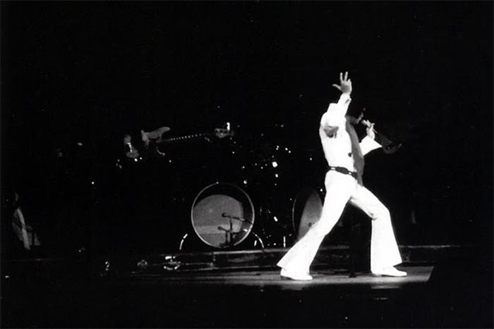 Элвис Пресли на концерте в зале Олимпия.