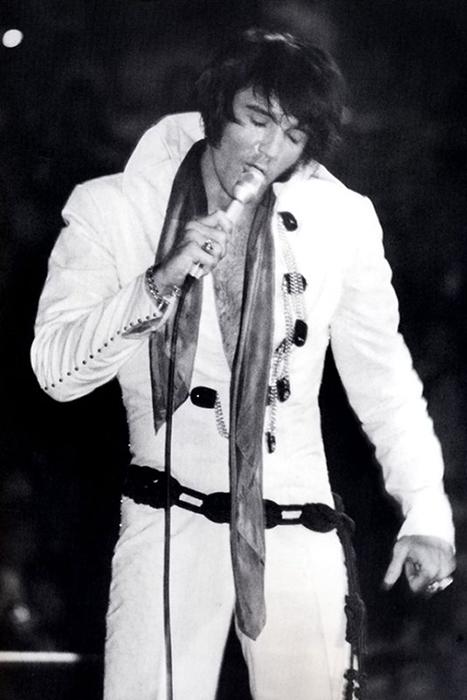 Элвис Пресли на сцене.