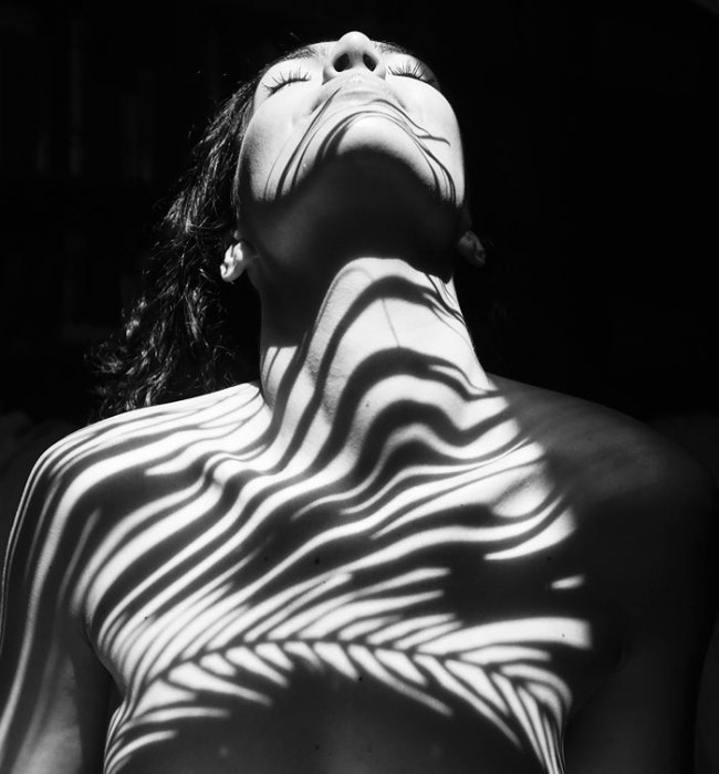 Обнаженные женские тела, одетые в тени, на снимках от Эмилио Джименез