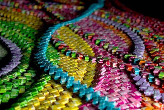 Дизайнер рассортировала фантики по цвету, расправила при помощи утюга и сложила в цепочки.