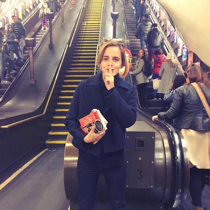 Эмма Уотсон в метро с книгой